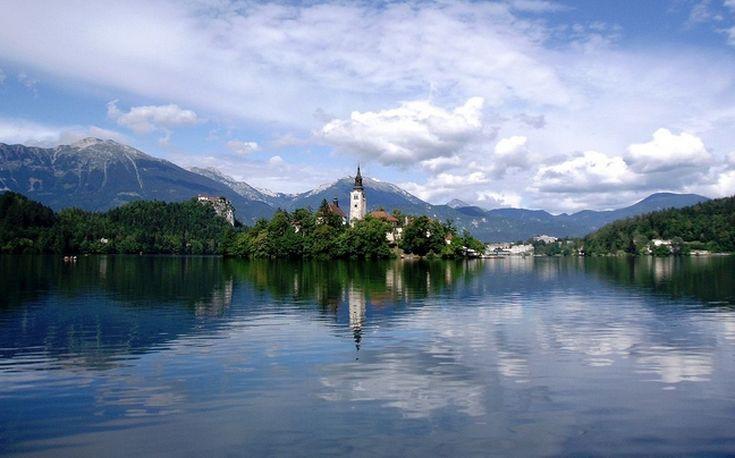 Το παραμυθένιο νησάκι της λίμνης με τη μαγική καμπάνα
