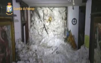 Φωτογραφίες και βίντεο μέσα από το ιταλικό ξενοδοχείο που χτυπήθηκε από χιονοστιβάδα
