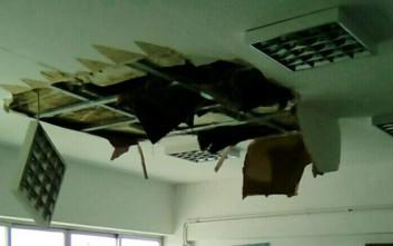 Έπεσε το ταβάνι σε σχολική αίθουσα στα Τρίκαλα