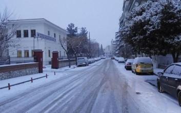 Γεμάτοι χιόνι οι δρόμοι στη Λάρισα