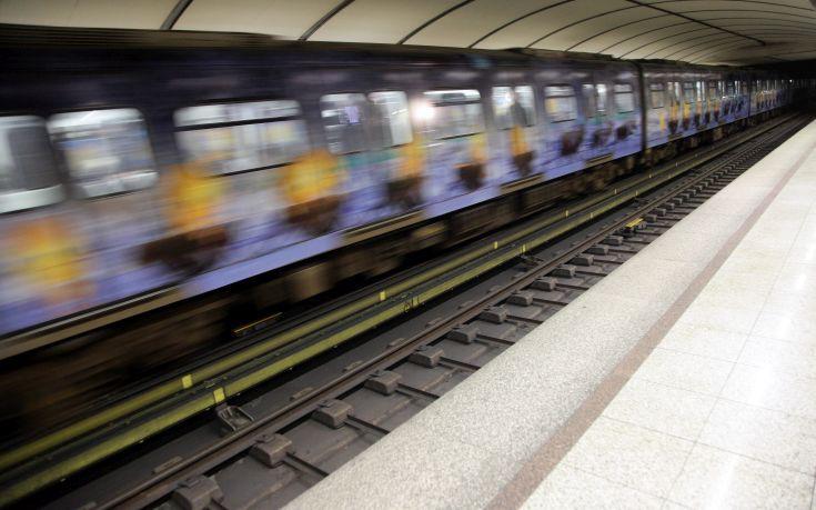 Άνδρας πήδηξε μέσα στις ράγες του μετρό στο Νέο Κόσμο