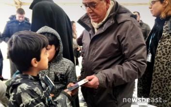 Ο Μουζάλας μοίρασε λεξικά σε πρόσφυγες στον Ελαιώνα