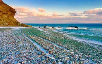 Τα πεταμένα μπουκάλια που έφτιαξαν μια πανέμορφη παραλία