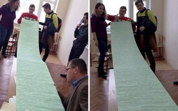 Φοιτητές πιάστηκαν «στα πράσα» με σκονάκι 3,5 μέτρων