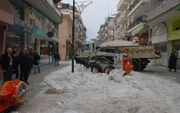Απομακρύνονται όγκοι χιονιού στη Φλώρινα