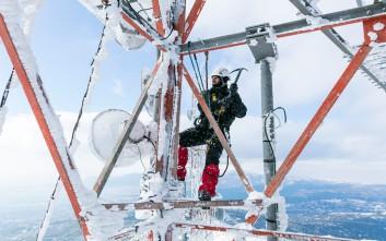 Δείτε πώς γίνεται ο καθαρισμός των πάγων στους σταθμούς βάσης τηλεφωνίας