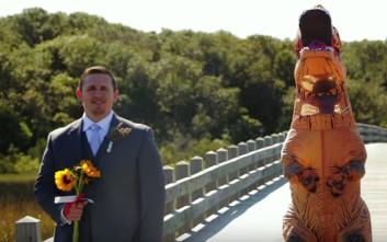 Η απίθανη… στολή της νύφης και η αντίδραση του γαμπρού