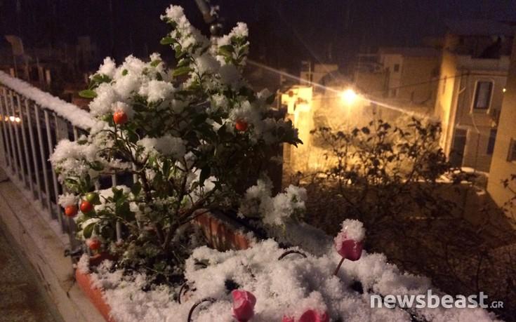 Χιονίζει και στον Πειραιά