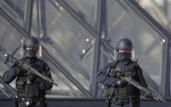 Υπό κράτηση τέθηκε επίσημα από τις αρχές ο δράστης της επίθεσης στο Λούβρο