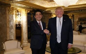 Το ιδιαίτερο δώρο του Τράμπ στον Ιάπωνα πρωθυπουργό