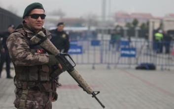 Οι τουρκικές Αρχές συλλαμβάνουν όποιον φοράει μπλουζάκι με τη λέξη... «ήρωας»