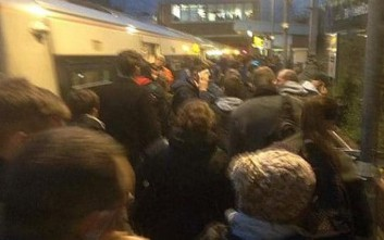 Πανικός και τρεις τραυματίες από πυρκαγιά σε σταθμό τρένου στο Λονδίνο