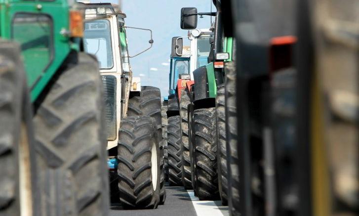 Ζεσταίνουν τα τρακτέρ οι αγρότες, στήνουν μπλόκα από την ερχόμενη βδομάδα