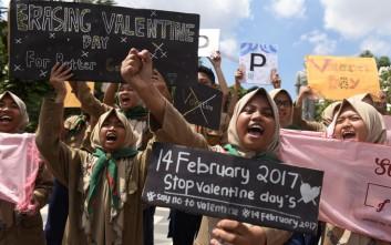 Αστυνομικοί στην Ινδονησία κατέσχεσαν... προφυλακτικά