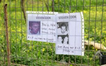 Λουλούδια και μηνύματα στον τόπο που βρέθηκαν τα οστά του Στήβεν Κουκ