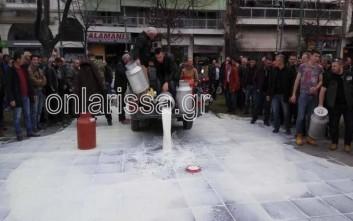 Πλημμύρισαν με γάλα την πλατεία Νομαρχίας οι Λαρισαίοι κτηνοτρόφοι
