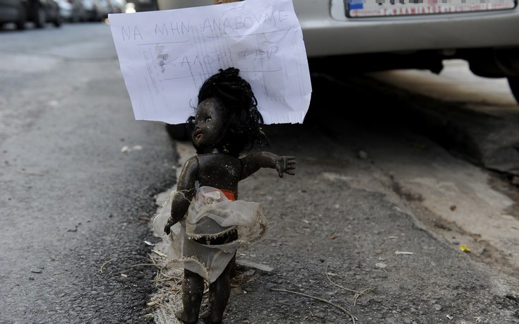 Η περίεργη φωτογραφία από την Κυψέλη με τη μαύρη κούκλα και το μήνυμα για το καλοριφέρ