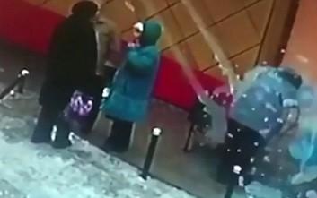 Γυναίκα τραυματίστηκε από χιόνι και πάγο που έπεσε από ταράτσα στο κεφάλι της