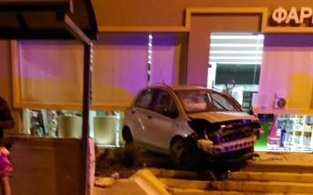 Αυτοκίνητο κατέληξε στα σκαλιά φαρμακείου μετά από τρελή πορεία