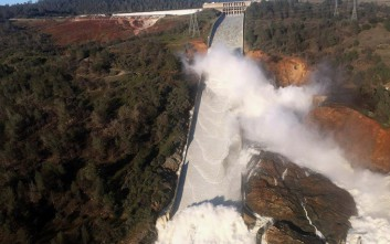 Μαζική εκκένωση περιοχών στην Καλιφόρνια λόγω κινδύνου υπερχείλισης φράγματος