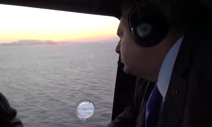 Βίντεο από τη στιγμή της ρίψης του στεφανιού από τον Καμμένο στα Ίμια