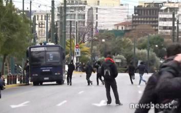 Κουκουλοφόροι επιτέθηκαν σε κλούβα των ΜΑΤ στο Ζάππειο