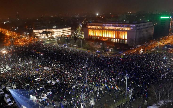 Λαοθάλασσα στους δρόμους της Ρουμανίας κατά του διατάγματος για τη διαφθορά