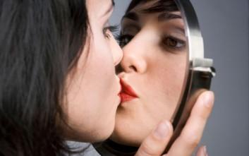 Ragazza-bacia-se-stessa-allo-specchio