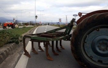 Αγρότες κλείνουν το τελωνείο του Προμαχώνα για τη Μακεδονία