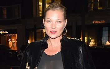 Η Kate Moss βγήκε κι άφησε το σουτιέν στο σπίτι