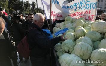 Αγρότες μοίρασαν λάχανα έξω από τη Βουλή