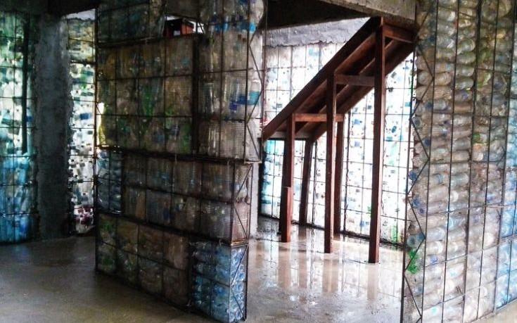 Το πρώτο χωριό με σπίτια από ανακυκλωμένα πλαστικά μπουκάλια