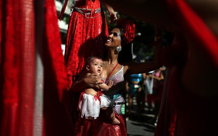 Βγήκαν στους δρόμους οι καρναβαλιστές του Ρίο παρόλα τα προβλήματα τους