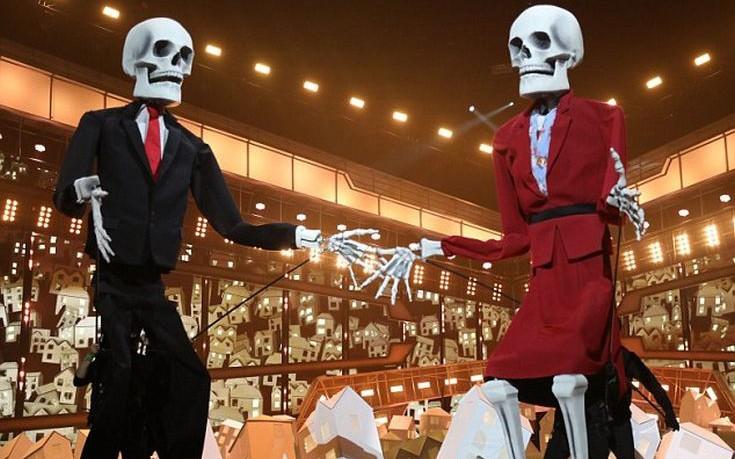 Η Katy Perry στη σκηνή με τους «σκελετούς» Τραμπ και Μέι