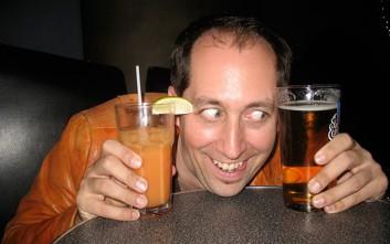 Πώς τα πίνει ο άντρας όλο το βράδυ και παραμένει νηφάλιος