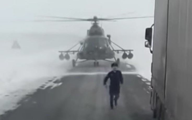 Στρατιωτικό ελικόπτερο προσγειώνεται στον δρόμο και ζητά οδηγίες από οδηγό νταλίκας