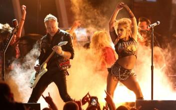 Η καυτή εμφάνιση της Lady Gaga με τους Metallica στα βραβεία Grammy