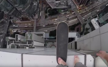 Ακροβατικά για πολύ γερά νεύρα στις στέγες του Χονγκ Κονγκ
