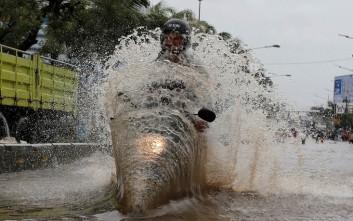«Βούλιαξε» από τις βροχές η Ινδονησία