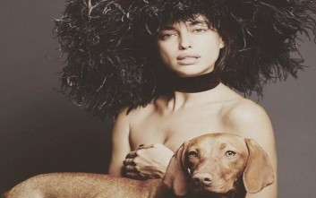 Ημίγυμνη, παρέα με ένα σκύλο η Irina Shayk