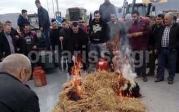 Κτηνοτρόφοι έχυσαν γάλα και έβαλαν φωτιά σε ζωοτροφές