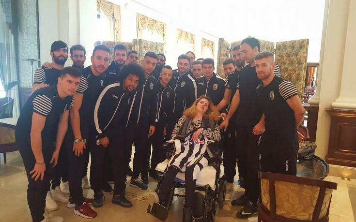 Η ομάδα του ΠΑΟΚ δίπλα στη Μυρτώ που κακοποιήθηκε στην Πάρο