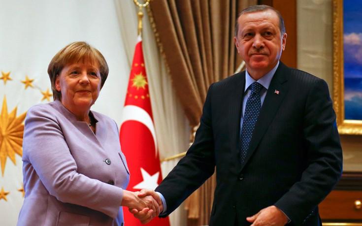 Οι Γερμανοί πιστεύουν πως η Μέρκελ δείχνει ανοχή στον Ερντογάν