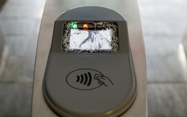 Θρύψαλα τα νέα ακυρωτικά μηχανήματα στο σταθμό του ΗΣΑΠ στο Νέο Φάληρο