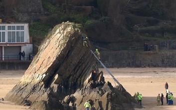 Ριψοκίνδυνος πιτσιρικάς έμεινε κρεμασμένος για δύο ώρες σε βράχο