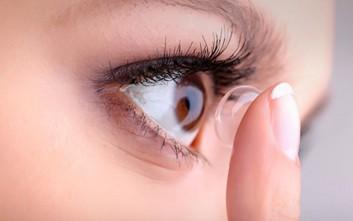 Η επικίνδυνη μόλυνση των ματιών που απειλεί όσους φορούν φακούς