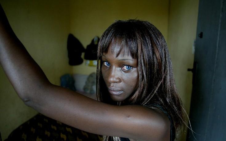 Οι φαβέλες της Νιγηρίας όπου 14χρονα κορίτσια επιβιώνουν προσφέροντας το κορμί τους