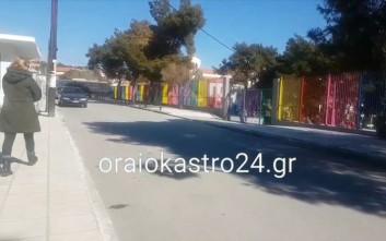 Κλούβες των ΜΑΤ γύρω από το σχολείο στο Ωραιόκαστρο μετά τα επεισόδια