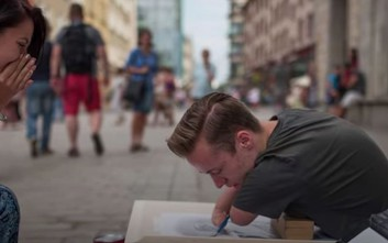Ο καλλιτέχνης χωρίς χέρια που ζωγραφίζει υπέροχα πορτρέτα
