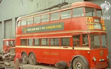 Δείτε πόσο μεθοδικά κατέστρεφαν ένα διώροφο λονδρέζικο λεωφορείο το 1959